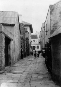 View up Cribbs Lane in 1895. The entry to the courtyard and the stables can be seen on the left. Image courtesy of Sydney Harbour Foreshore Authority.